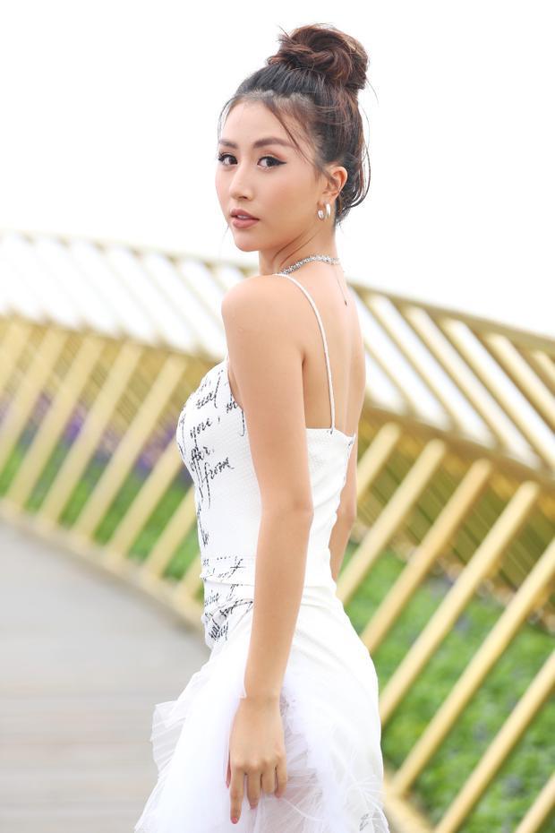 Dù không có đôi chân dài miên man nhưng thần thái để trở thành mẫu mở màn thì Quỳnh Anh Shyn có thừa