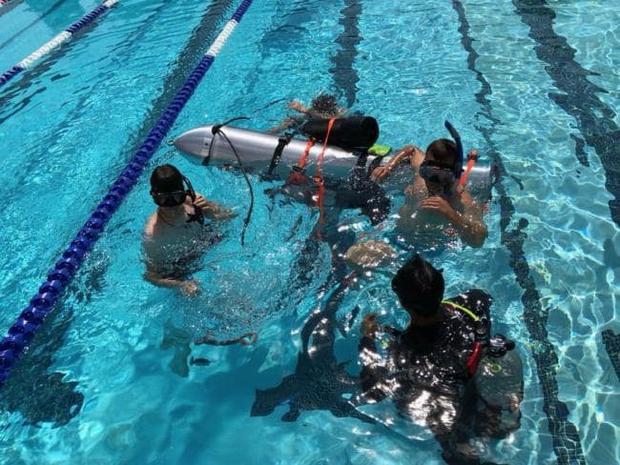 Tàu ngầm mini của Elon Musk được thử nghiệm tại một bể bơi ở Los Angeles, Mỹ.