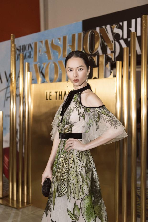 Người mẫu Bảo Hòa khoe vẻ sắc lạnh, ấn tượng cùng thiết kế váy trễ vai, thêu hoa nhẹ.