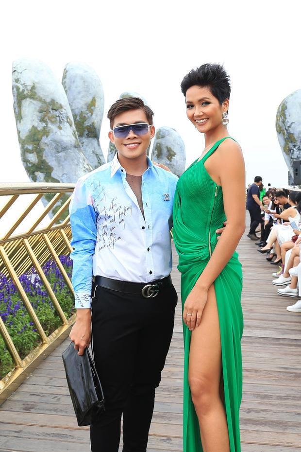 Cô chụp ảnh cùng stylist Trần Đạt.