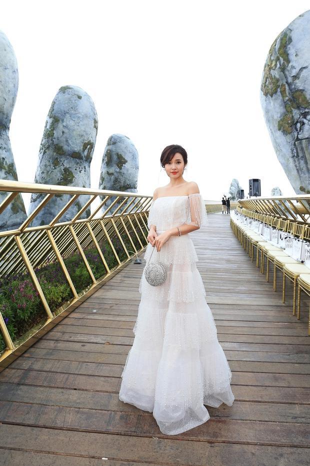 """Với chiếc váy trễ vai chất liệu ren này, Midu đem lại hình tượng """"băng thanh ngọc khiết"""" khiến bao người nhìn ngắm."""