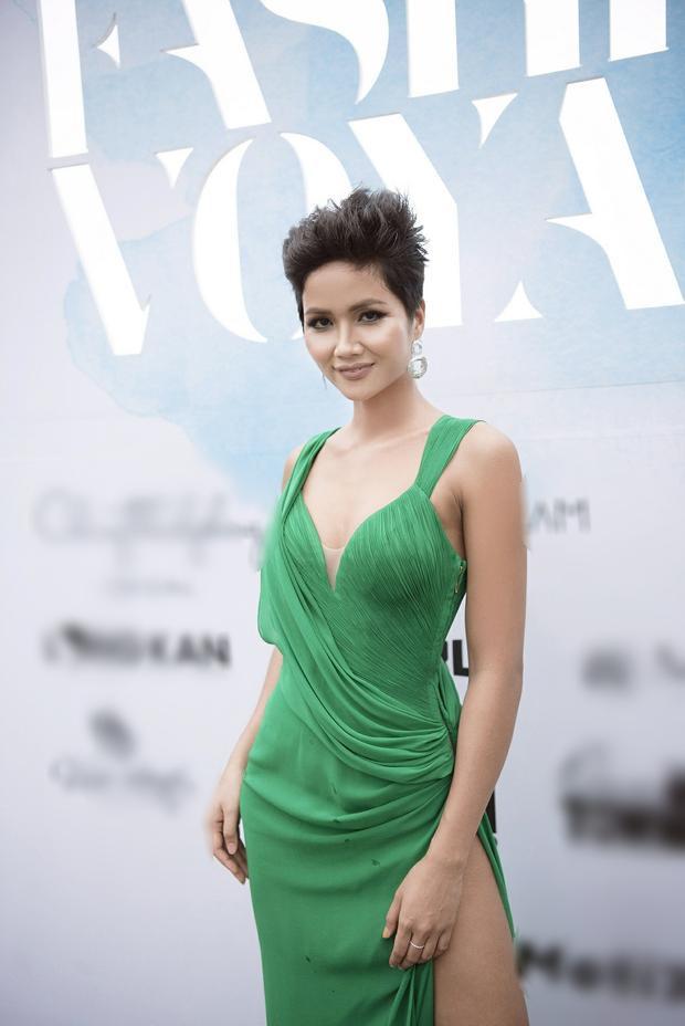 Khoe trọn sắc vóc trong chiếc váy xanh xẻ cao, H'Hen Niê đẹp rạng ngời khiến bao người phải xuýt xoa.