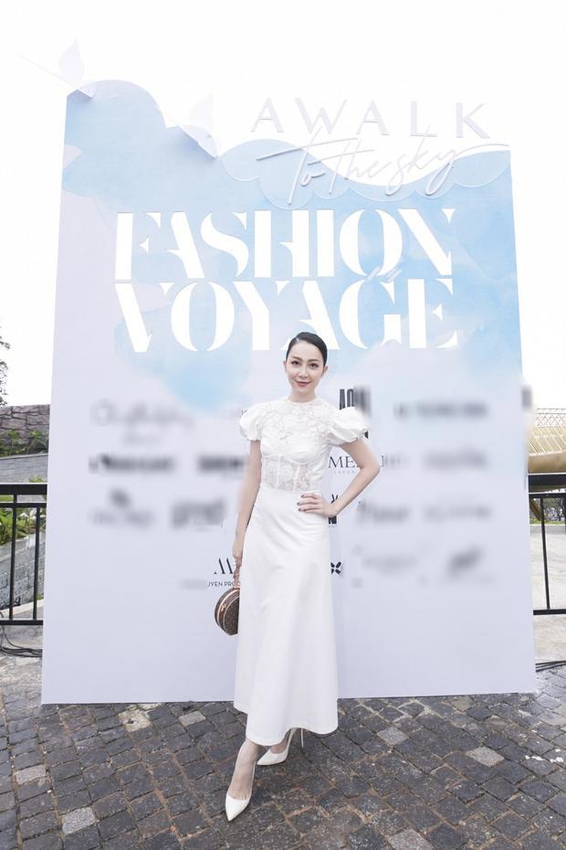 """Chiếc đầm cùng sắc trắng tinh khôi là sự lựa chọn của Linh Nga khi """"đọ dáng"""" cùng các chị em."""