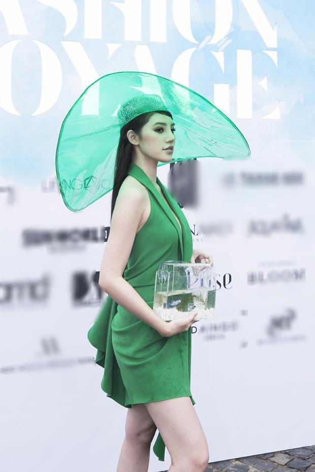 Hoa hậu Jolie Nguyễn cũng chưng diện sắc xanh lá mướt mát. Người đẹp tạo điểm nhấn cho outfit bằng chiếc mũ rộng vành chất liệu trong suốt.