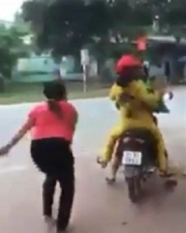 Người cháu dâu nhanh chóng lên xe máy, để lại người vợ uất ức la hét. Ảnh: cắt từ clip.