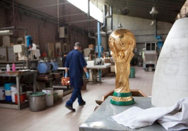 Thành phẩm cuối cùng với dải đá xanh được thêm vào làm điểm nhấn. Đêm nay, nó sẽ được trao cho Pháp hoặc Croatia.