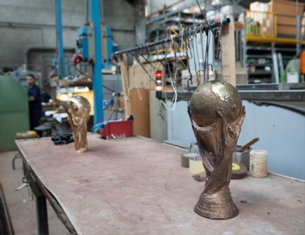Chiếc cúp bên phải là khuôn mẫu vĩnh viễn được sử dụng bởi công ty để làm mẫu và chiếc cúp bên trái là một tác phẩm đang được hoàn thiện.