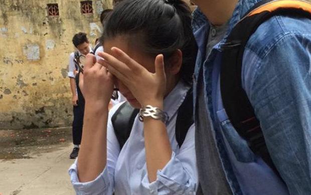 Nhiều thí sinh bật khóc vì kết quả thi năm nay.
