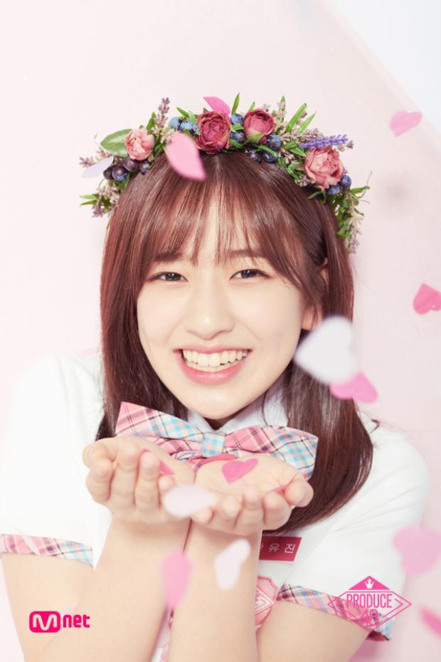 Hạng 5 - Ahn Yujin, cô nàng thuộc nhà Starship luôn chinh phụ fan bằng thần thái tươi mới, trẻ trung của mình.