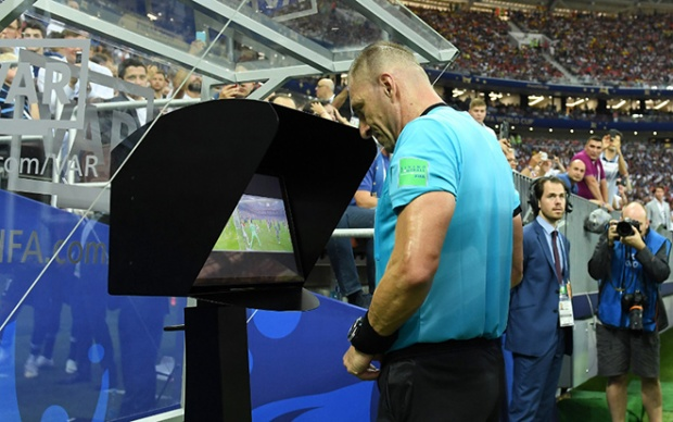 Trọng tài xem lại VAR trong trận chung kết Pháp - Croatia.