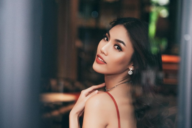 Từ cách make-up được nhấn nhá ở phần mắt và môi cho tới kiểu tóc xoăn nhẹ vừa toát lên thần thái của một siêu mẫu vừa đúng tinh thần của một cô gái sắp theo chồng về dinh.