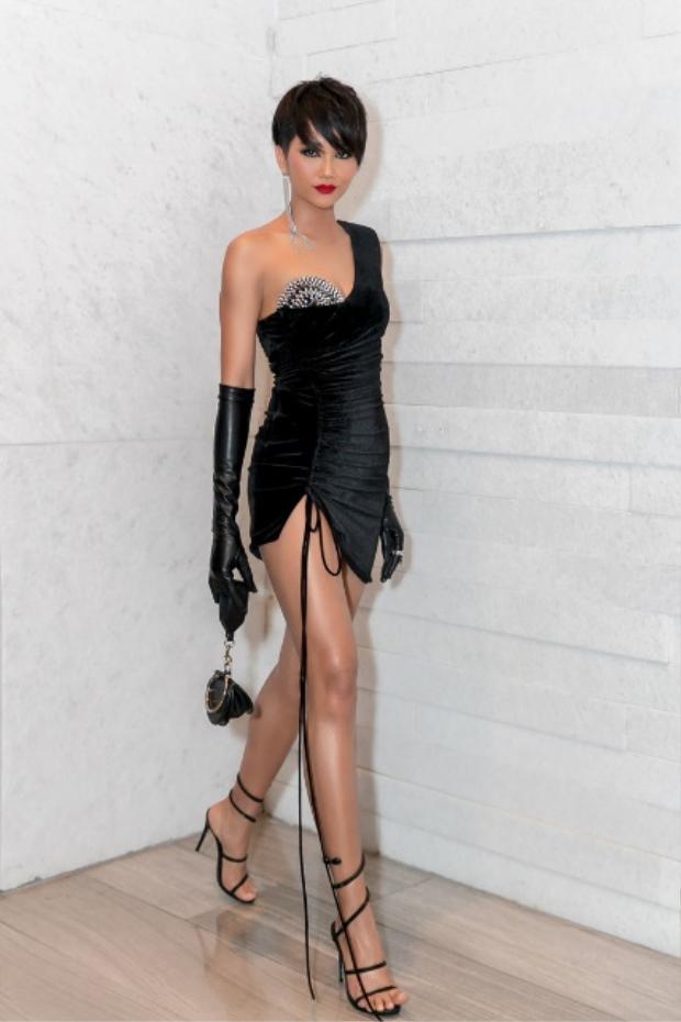 Còn nhớ trong một sự kiện gần đây, nàng hậu chiếm trọn sự chú ý với chiếc váy xẻ cao, siêu ngắn.