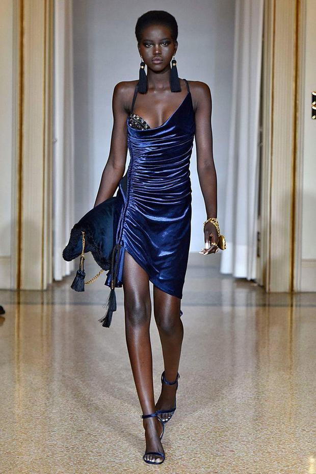 """Nếu gác qua chuyện đẹp hay xấu, bộ cánh này lại tiếp tục khiến H'Hen Niê vướng vào một """"chuyện thị phi"""" khác, khi giống đến 80% một thiết kế của Versace. Chiếc váy này được người mẫuAdut Akech thể hiện vô cùng xuất sắc"""