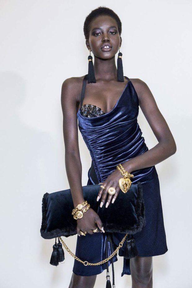 Chiếc váy nằm trong bộ sưu tập Thu, Đông 2018 của Versace, vừa được trình làng cách đây không lâu.