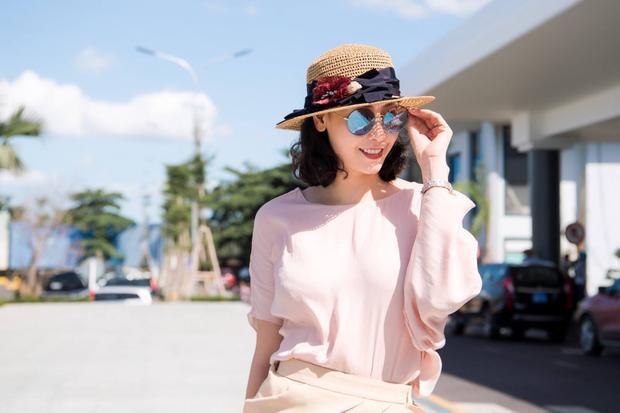 Hà Kiều Anh đăng quang Hoa hậu Việt Nam khi mới 16 tuổi. Đến giờ, dù không còn trẻ trung nhưng người đẹp vẫn khiến công chúng ngưỡng mộ với nhan sắc rực rỡ của mình. Cô cũng có cuộc sống vương giả bên chồng con.