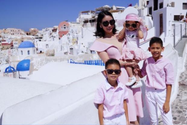 Hoa hậu Hà Kiều Anh xuất thân trong gia đình chính trị nổi tiếng, ông nội cô là ông Hà Văn Lâu - Nguyên Đại sứ Việt Nam tại Liên Hiệp Quốc, ông ngoại cô là Vương Quốc Mỹ - Nguyên Thứ trưởng Bộ Xây Dựng.