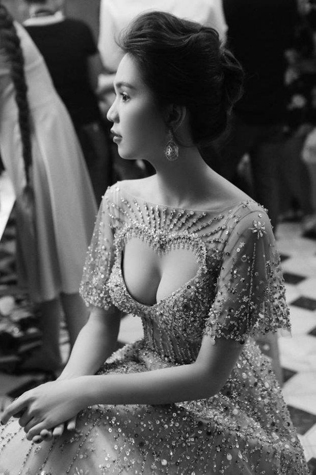 Vòng một nóng bỏng của Ngọc Trinh khiến phụ nữ nào cũng ao ước.