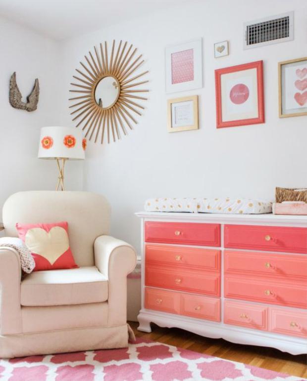 Điểm nhấn trong căn phòng cho bé này là màu hồng của những đồ vật, những hình vẽ trái tim cũng mang đến sự ngọt ngào và dịu nhẹ. Căn phòng với những bức tranh khá độc đáo.