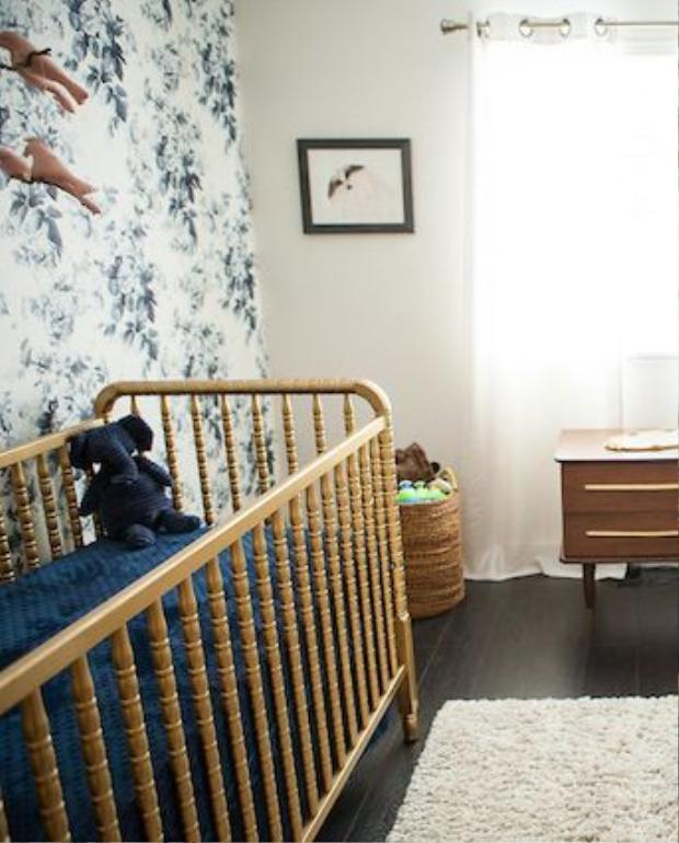 Bức tường với gam màu họa tiết hoa ấn tượng, những chú chim đồ chơi mang đến không gian như một khu vườn.