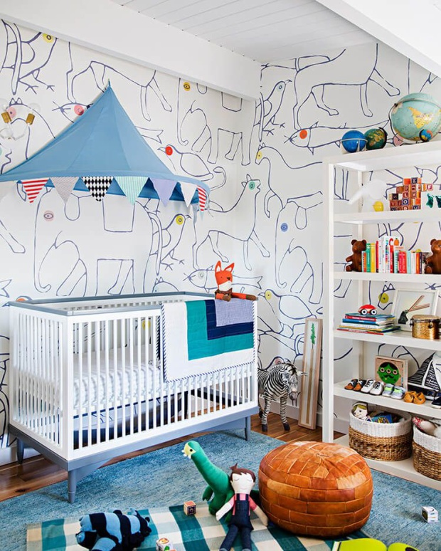 Chọn màu trắng là chủ đạo nhưng điểm nhấn là cả một thế giới động vật được vẽ trên tường. Gam màu trắng chủ đạo từ sơn tường, nôi của bé giúp cho những hình vẽ được nổi bật.
