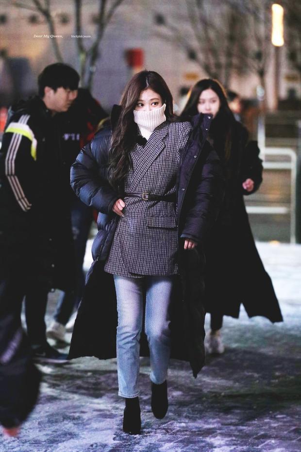 Dù mặc quần jeans kín đáo, Jennie (BLACKPINK) vẫn đốn tim fan với vẻ quyến rũ không ngờ