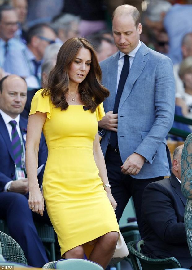 Học theo Meghan Markle, công nương Kate diện đầm vàng rực rỡ chiếm hết spotlight