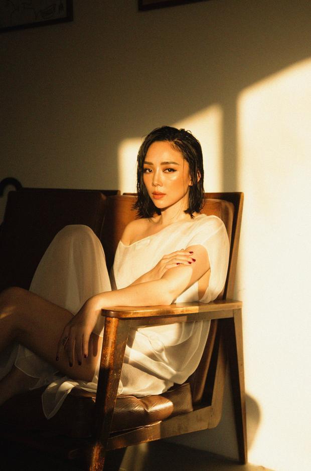 """Với đoạn nhạc dạo đầu teaser, nhiều khán giả nhận ra đây là đoạn piano mà Hoàng Touliver chơi trong clip do Tóc Tiên đã đăng trên Facebook cách đây không lâu. Rất có thể, nữ ca sĩ sẽ trở lại đường đua Vpop bằng 1 bản Ballad buồn """"lụi tim""""."""
