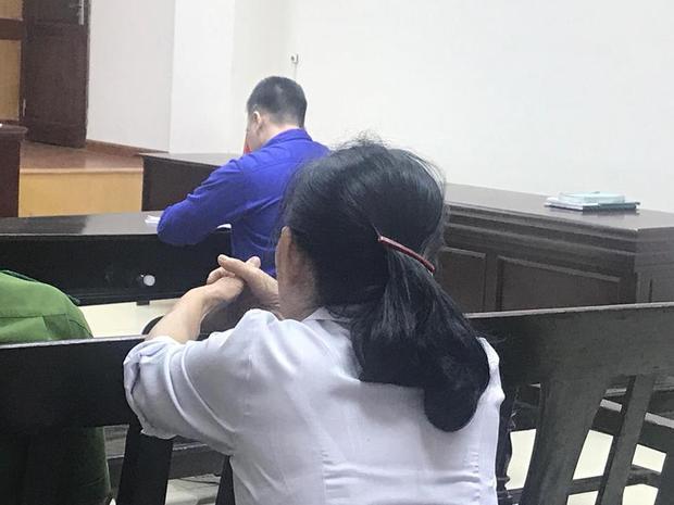 Mẹ bị cáo lặn lội từ Thái Bình lên Hà Nội theo dõi phiên tòa.