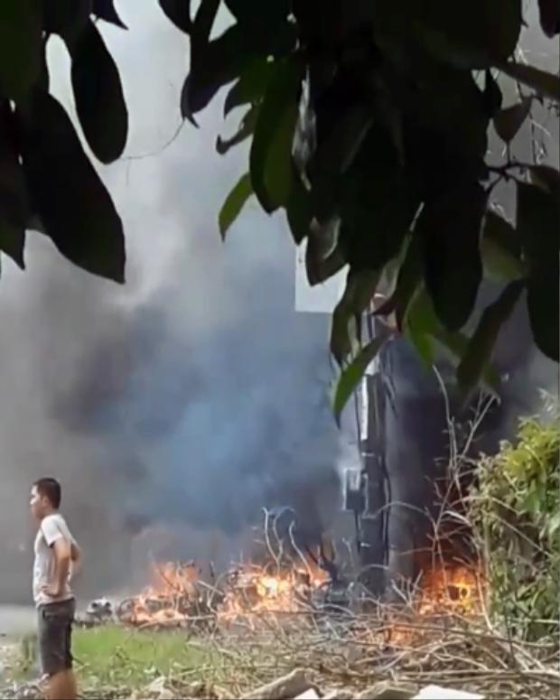 Cột điện nơi phát ra tiếng nổ bị cháy rụi. Ảnh: VNE.