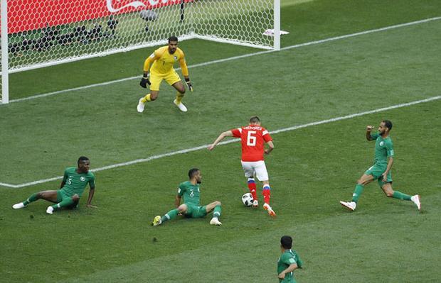 Tiền vệ Denis Cheryshev của ĐT Nga vượt qua vòng vây của hàng thủ Ả Rập Saudi để ghi bàn thắng giúp đội nhà có chiến thắng 5-0 ngay trong trận mở màn World Cup 2018.
