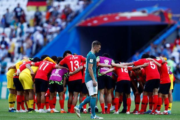 Toni Kroos cay đắng bước qua chỗ ăn mừng của các cầu thủ Hàn Quốc.