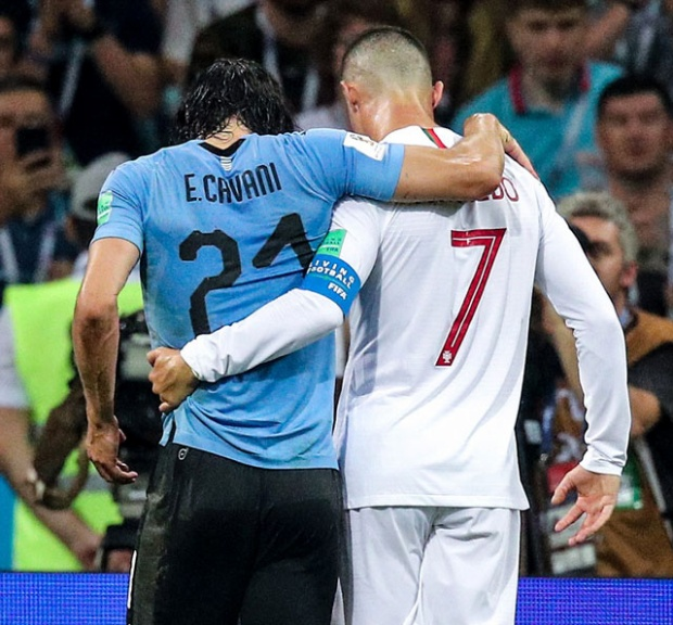 Cavani an ủi Ronaldo.