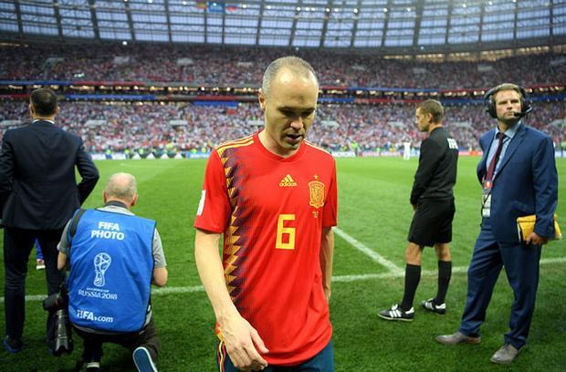"""Andres Iniesta buồn """"rười rượi"""" khi Tây Ban Nha bị loại sớm."""