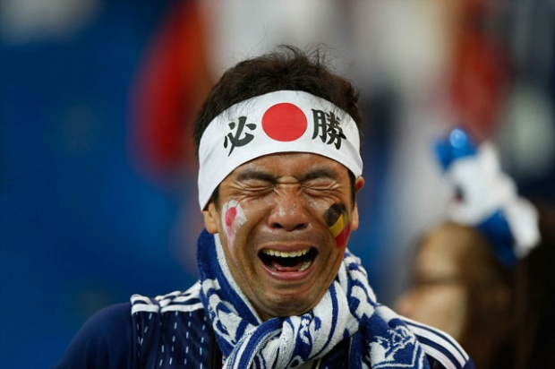 CĐV Nhật Bản khóc khi đội nhà thua đau trước Bỉ.