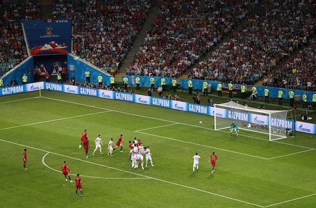 Siêu sao Cristiano Ronaldo khiến cả thế giới phải nhắc đến tên anh bằng một pha đá phạt tuyệt đỉnh vào lưới Tây Ban Nha.
