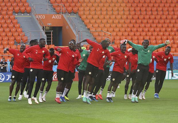 Các cầu thủ Senegal cùng nhau nhảy rất vui vẻ trong một buổi tập.