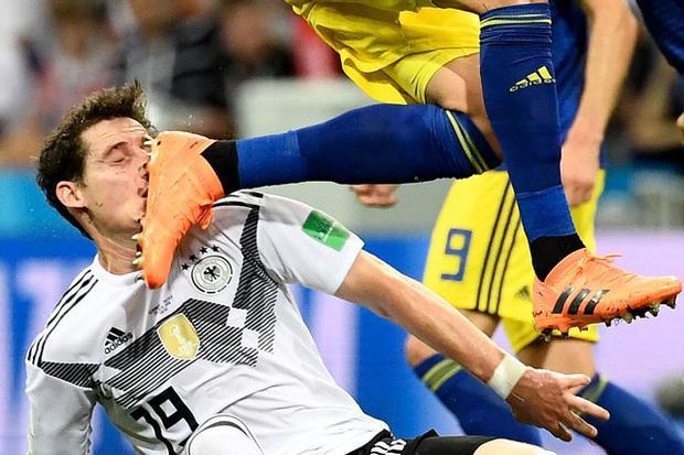 Tiền vệ Sebastian Rudy của ĐT Đức lãnh trọn cái gầm giày của Ola Toivonen bên phía Thụy Điển.