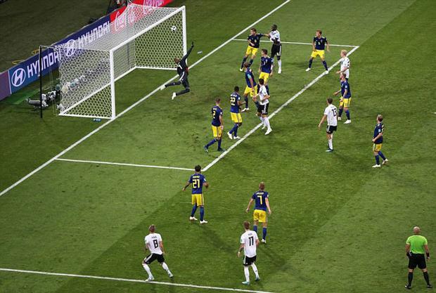 """Pha làm bàn """"quý như vàng"""" của Toni Kroos giúp ĐT Đức có thêm hy vọng vượt qua vòng bảng."""