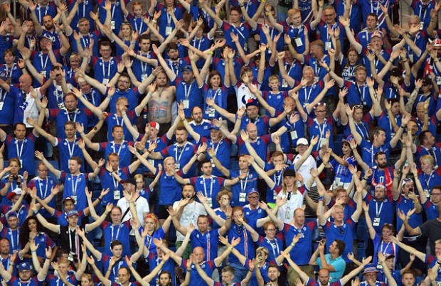CĐV Iceland đồng loạt vỗ tay kiểu Viking trong trận gặp Croatia.