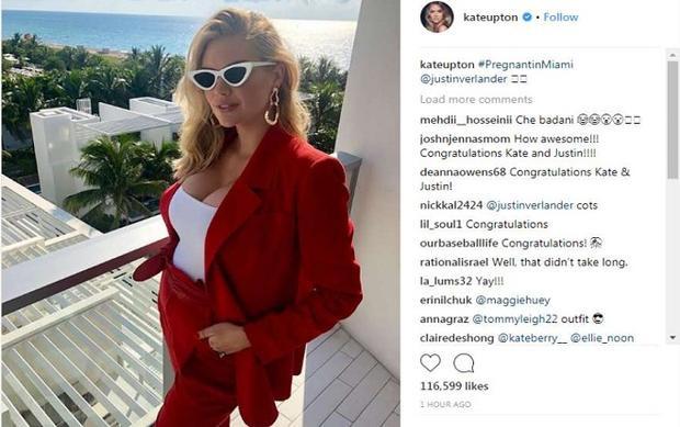 """Hình ảnh được người đẹp với bộ ngực khủng đã trở thành thương hiệu với vòng 2 thì đã nhô ra một chút được đăng tải trên instagram với ghi chú: """"Đang mang thai ở Miami""""."""