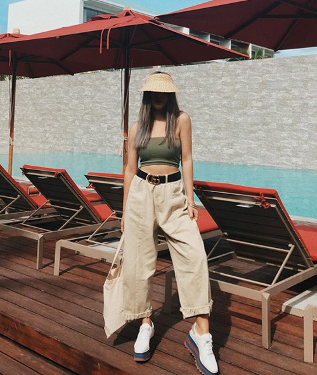 Không hổ danh là 1 fashionista, Châu Bùi cũng nhanh chóng gia nhập vào cuộc đua style Britney Spear với croptop ống xanh rêu mix cùng quần kaki thụng. Cô nàng còn khéo léo kết hợp các phụ kiện hot như nón che nắng, giày bánh mì để set đồ thêm phần cá tính.