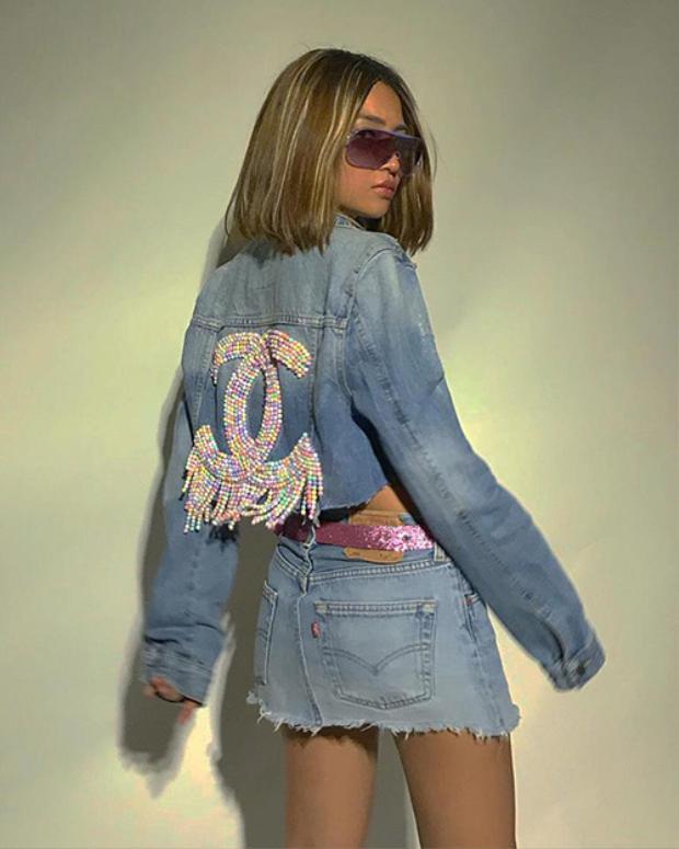 Louis Hà - stylist của Quỳnh Anh Shyn là một trong những người tiên phong đem váy jean ngắn trở lại.