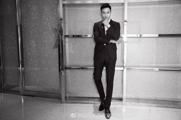 Diện cả cây suite đen kẻ sọc nhuyễn, Nguyễn Kinh Thiên trông thật lịch lãm.
