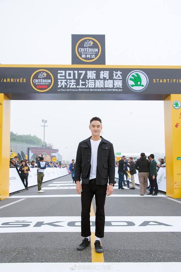 Với vóc dáng cao, thân hình đẹp nhờ tập luyện thế nên chỉ cần mặc đồ đơn giản Nguyễn Kinh Thiên cũng đã đủ tỏa sáng rồi.