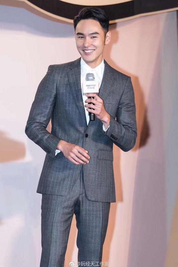 Anh chàng thường chọn suite khi tham dự sự kiện. Tuy nhiên, Nguyễn Kinh Thiên thường ít khi thắt cravat mà chỉ mặc suite cùng áo sơ mi màu trơn phía trong.