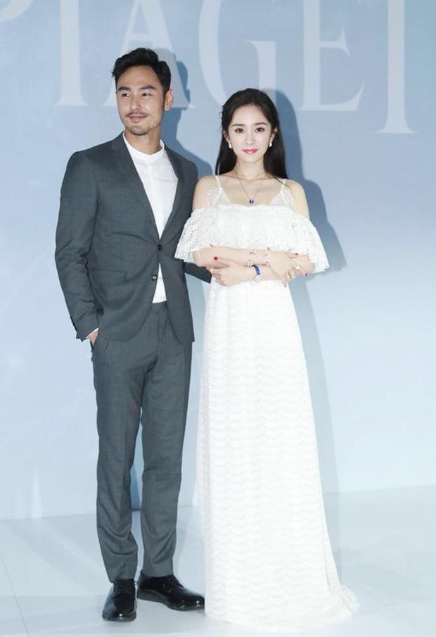 Để làm mới bộ suite, Nguyễn Kinh Thiên mặc áo cổ trụ trắng thay vì áo sơ mi thông thường.