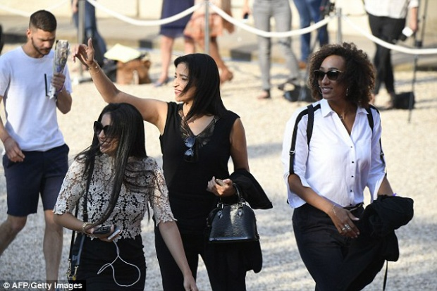 Lynda vợ tiền vệ Steven N'Zonzi (ngoài cùng bên phải), thanh lịch với cách kết hợp áo sơ mi trắng và quần đen vô cùng công sở.