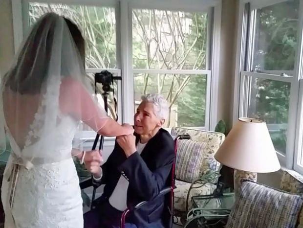 Ông Lynn nắm tay con gái cùng khiêu vũ trước khi qua đời.
