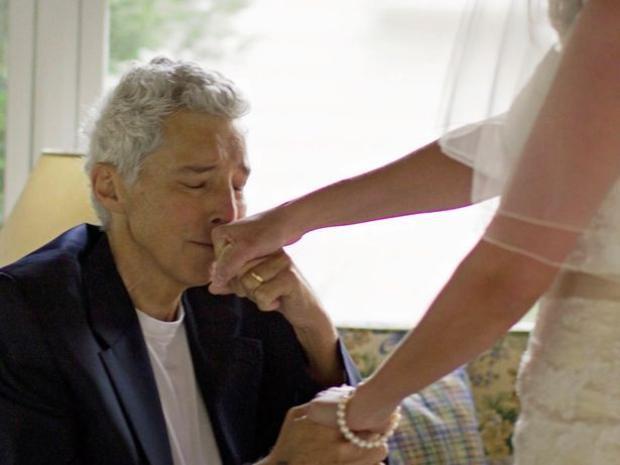 Khi thấy con gái lộng lẫy trong bộ váy cưới, ông Lynn không cầm nổi nước mắt.