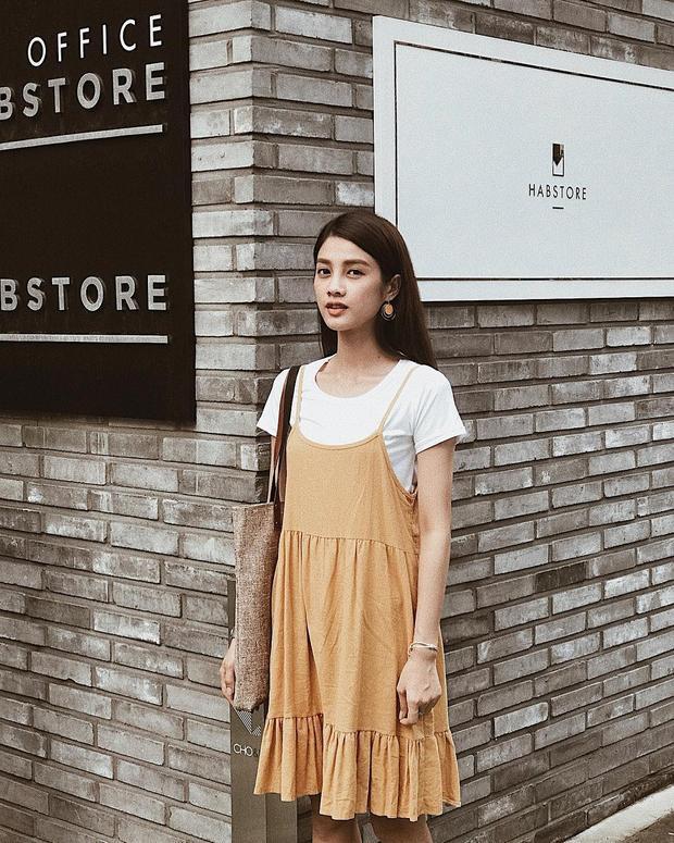 Để chiếc váy dây không trở nên phô phang, Mỹ Duyên The Face chọn cách diện chung với một chiếc áo thun trơn basic bên trong.